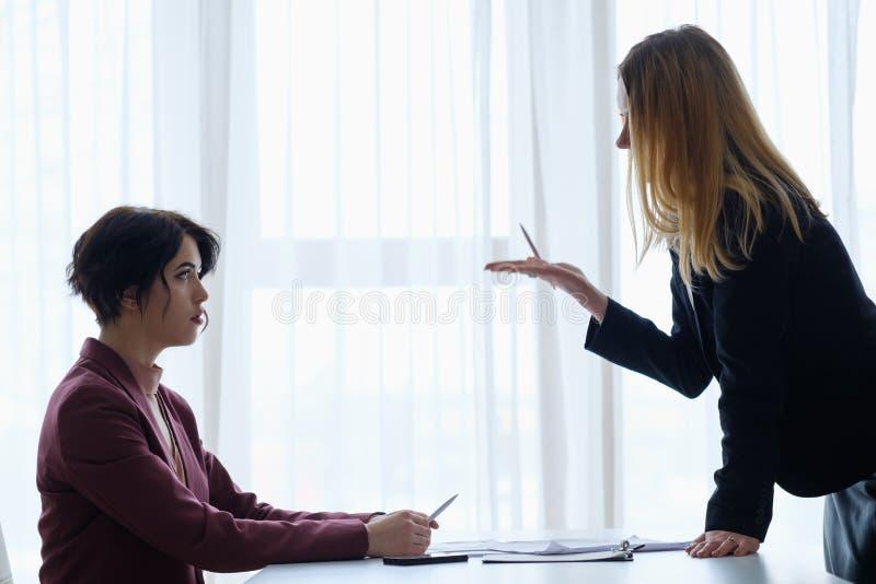 Repreensão da mulher de negócio do empregado da acusação do chefe foto de stock royalty free