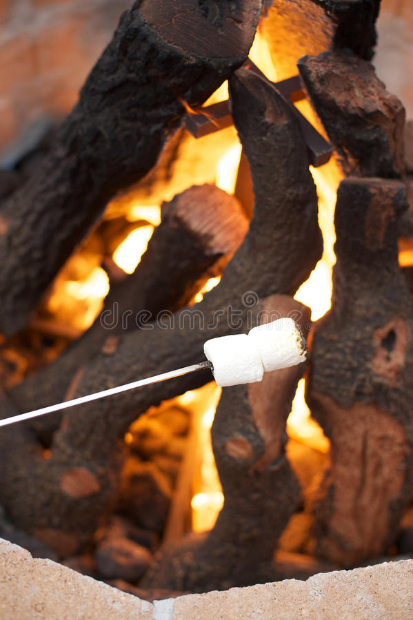 Repreensão dos marshmallows sobre o poço aberto do fogo fotografia de stock royalty free