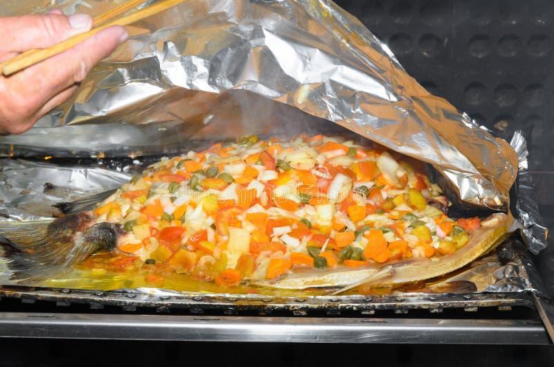 Repreensão um peixe de Tambaqui com vegetais imagens de stock royalty free