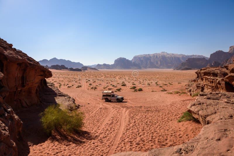 Reprenez sur un chemin de désert, en rhum d'oued, la Jordanie image stock