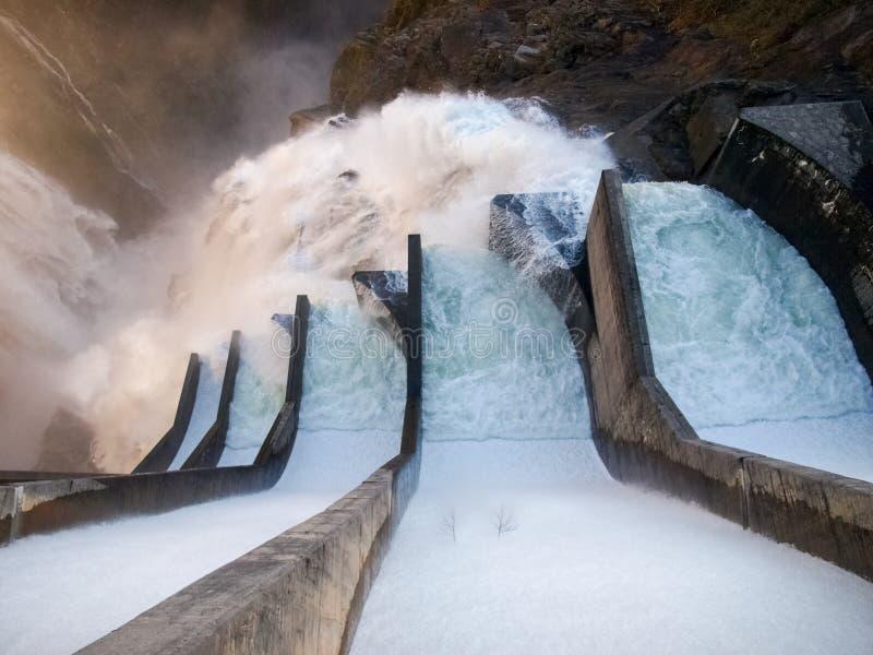 Represa contra de Verzasca, cachoeiras espetaculares foto de stock royalty free