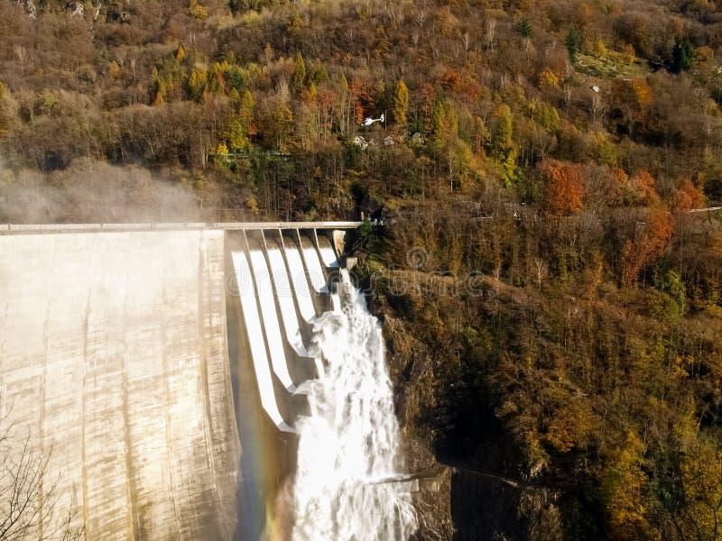 Represa contra de Verzasca, cachoeiras espetaculares imagem de stock