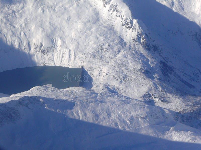 Represa da água nos alpes Mountainpeaks fotografia de stock royalty free