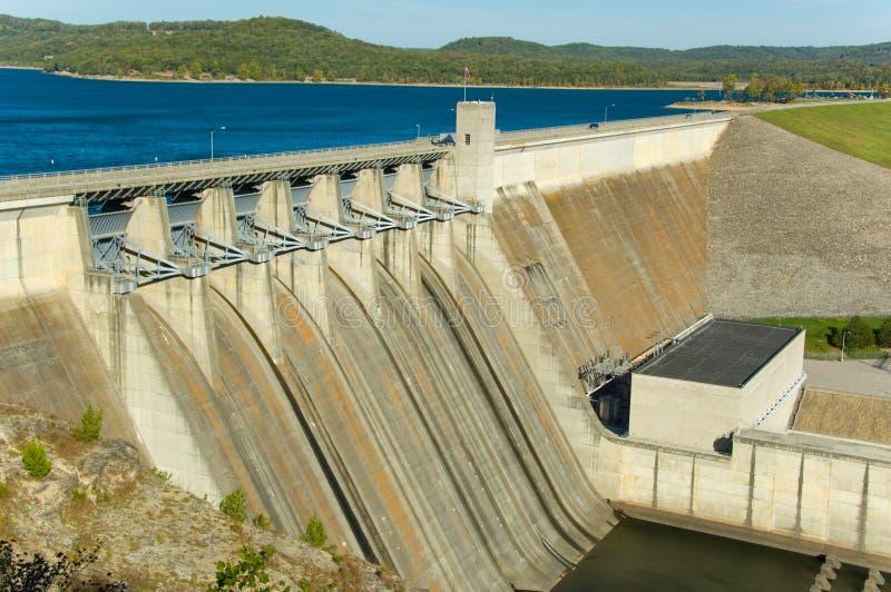 Represa da energia em um lago fotos de stock royalty free
