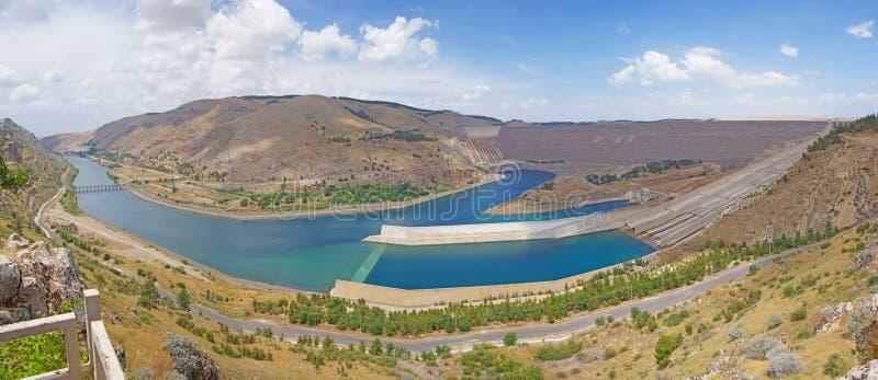 Represa de Ataturk em Euphrates River foto de stock royalty free