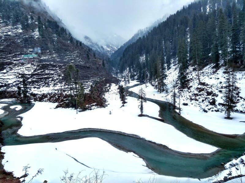 Represa de Barshaini na manhã após as nevadas fortes fal imagens de stock royalty free