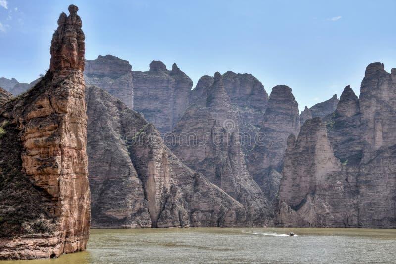 Represa de Liujiaxia perto da caverna de Bingling com grandes formações de rocha ao longo do Rio Amarelo, fotografia de stock