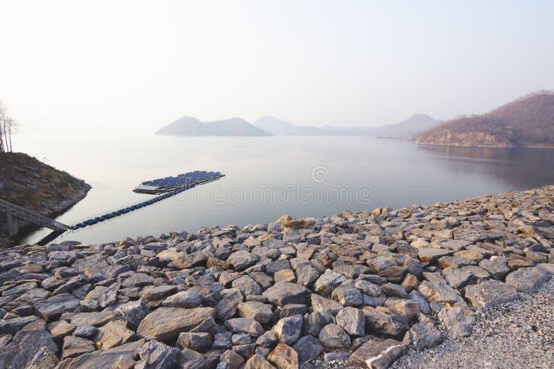 Represa de Srinagarind e uma exploração agrícola solar fotografia de stock royalty free