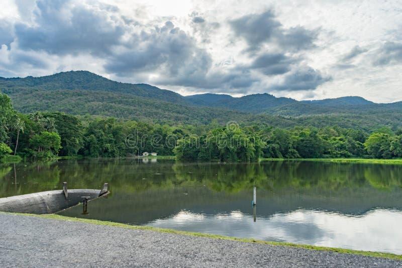 Represa e montanha de Samll fotos de stock royalty free