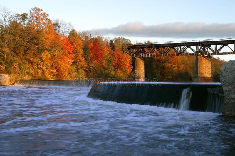 Represa e ponte no rio grande, Paris, Canadá no outono fotografia de stock