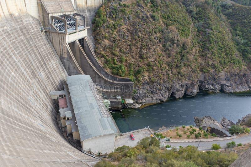 Represa hidroelétrico de Castelo de Prognosticar portugal fotos de stock