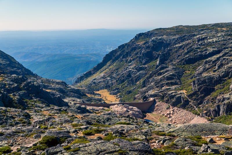 A represa nas montanhas, no lago e na estrada Portugal, estrela de Serra a Dinamarca imagens de stock
