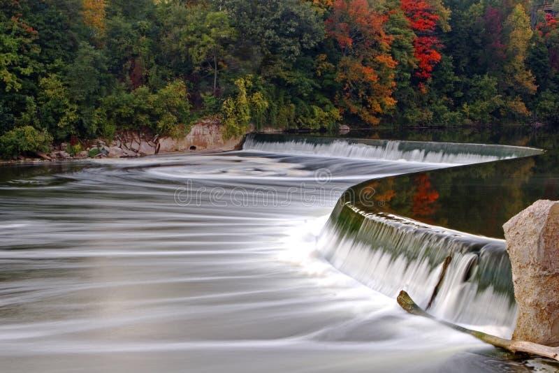 Represa no rio grande, Paris, Canadá na queda fotos de stock