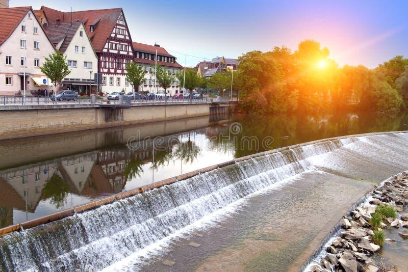 Represa no rio Neckar no Nurtingen em Alemanha do sul imagens de stock
