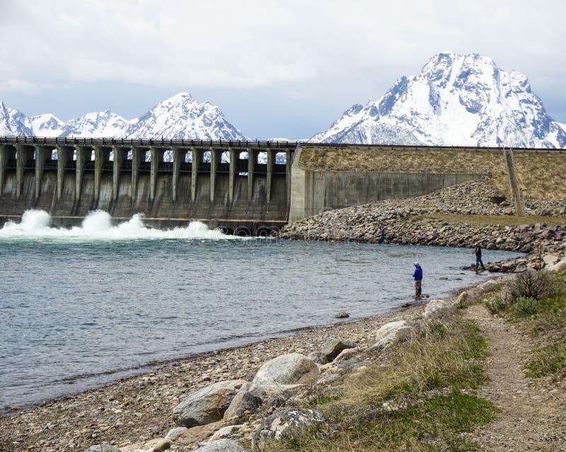 Represa pelo lago com as montanhas nevado no parque nacional fotografia de stock