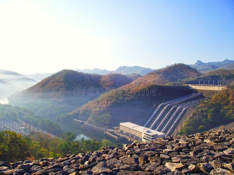 Represa tailandesa e grande fundo imagem de stock