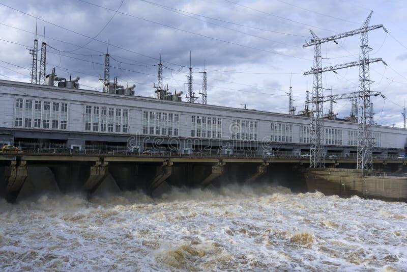 Represe a central elétrica hidroelétrico durante a descarga das águas da inundação fotos de stock