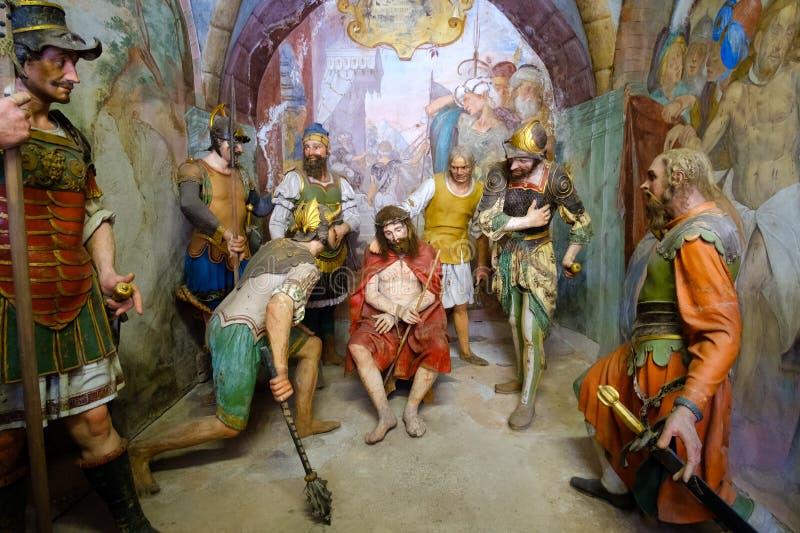 A representação bíblica da cena de Varallo de Jesus Christ coroou com espinhos e scourging durante sua flagelação fotos de stock
