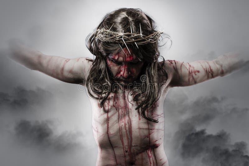 Representação de jesus christ na cruz no fundo da nuvem imagem de stock