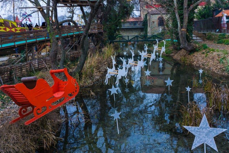 Representação do giro do ` s de Papai Noel com seus cervos na vila do Natal dos duendes imagem de stock royalty free
