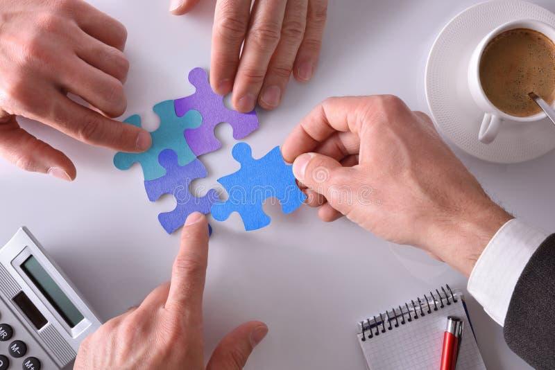Representação e conceito dos trabalhos de equipa em um negócio foto de stock