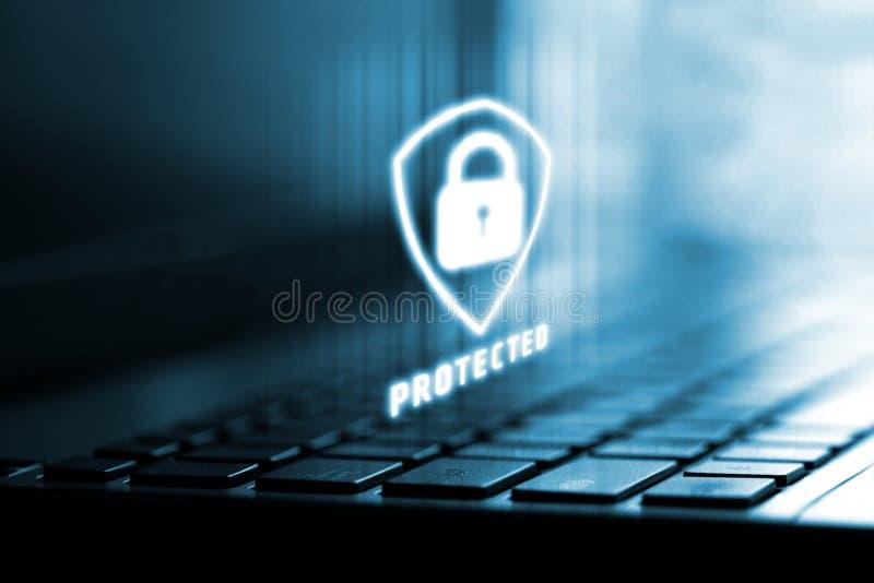 representación 3D del logotipo del escudo en el ordenador portátil con el fondo Concepto de protección de datos de la aislamiento foto de archivo libre de regalías