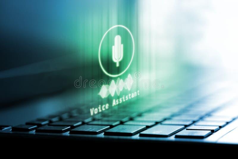 representación 3D del logotipo del micrófono en el ordenador portátil Concepto de tecnología auxiliar de la voz foto de archivo libre de regalías
