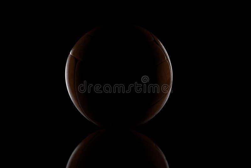 representación 3d del tiro oscuro de la bola de cuero vieja delante del bla foto de archivo