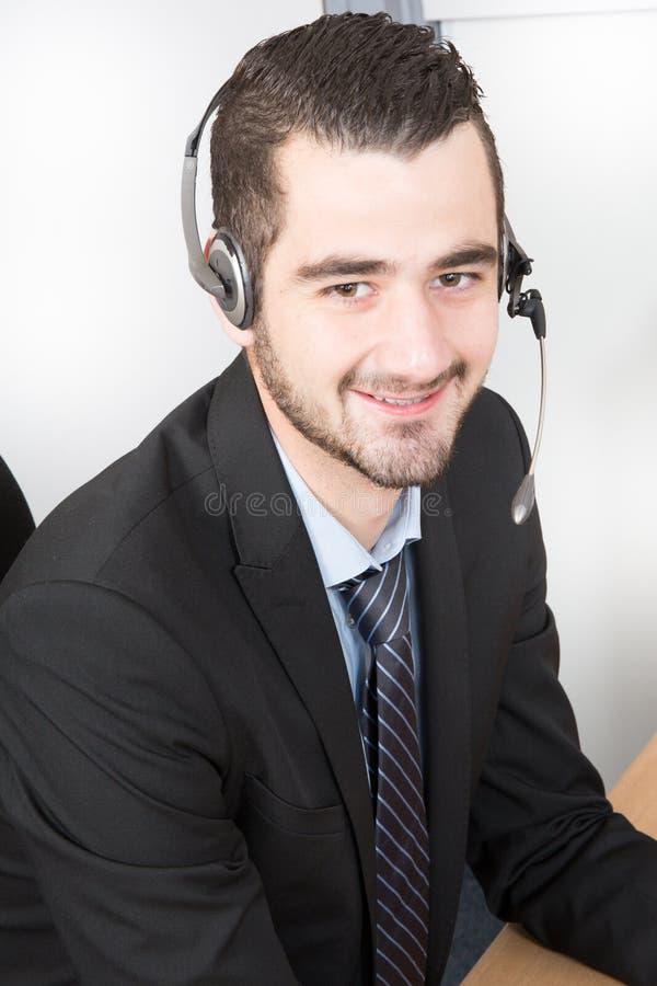 Representant för call centermedelkundtjänst som bär en hörlurar med mikrofon på kontoret royaltyfri foto