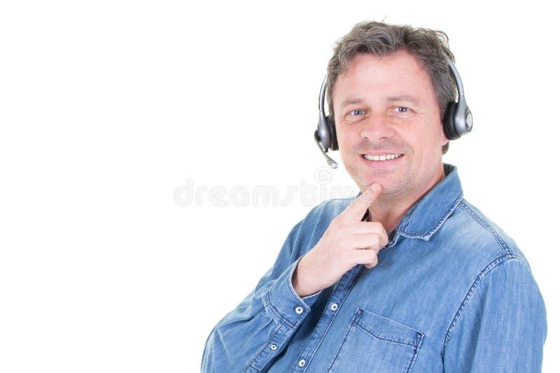Representant för man för kundheadphoneservice som talar på telefonen med hörlurar med mikrofon fotografering för bildbyråer