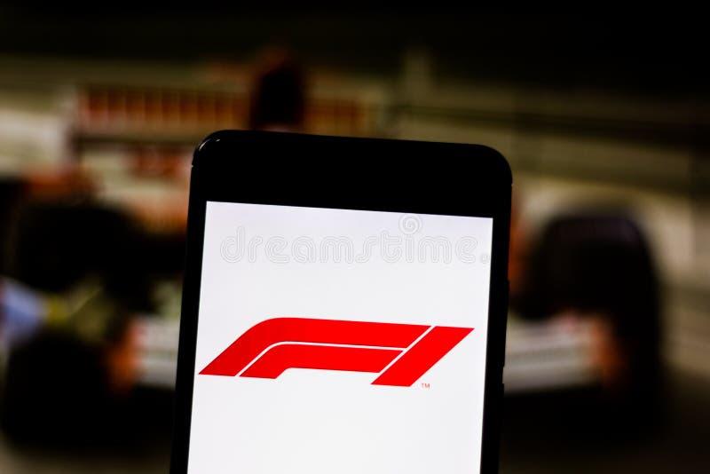 Representant F1 FIA Formula 1 logo på mobil enhetskärmen För symbolslogotyp för logo F1 Grand Prix mästerskap för värld arkivfoton
