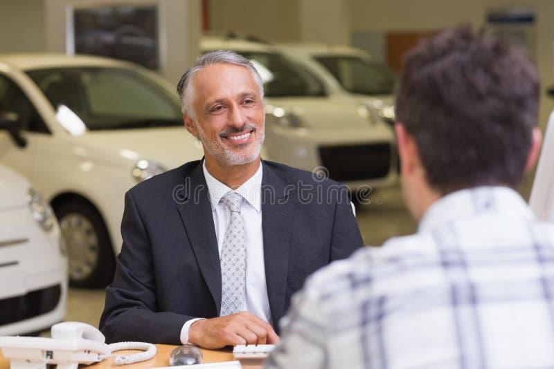 Representant som talar med en klient arkivfoton