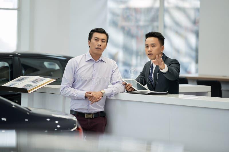 Representant som talar till kunden arkivfoto