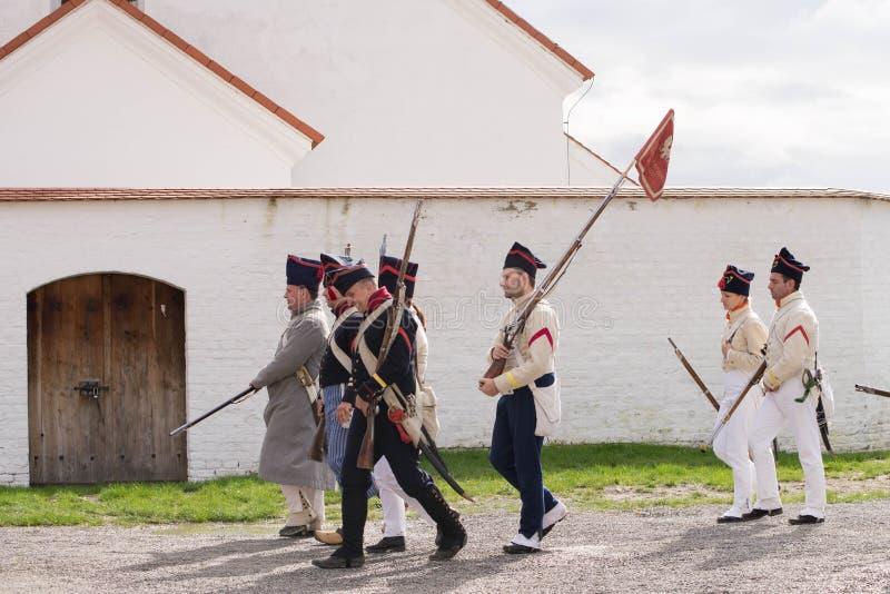 Representante checo de Olomouc 7 de outubro de 2017 festival histórico Olmutz 1813 Os soldados de Napoleão andam por um católico  imagem de stock royalty free