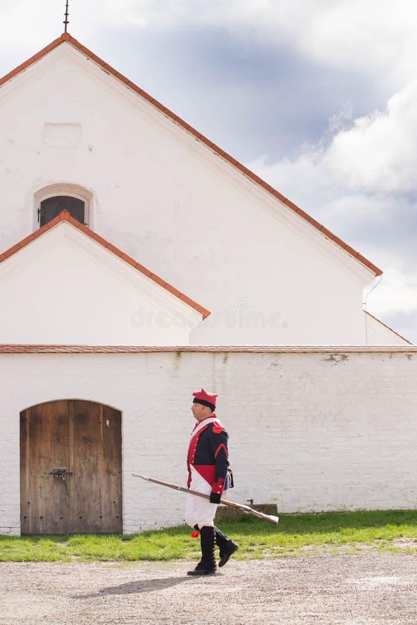Representante checo de Olomouc 7 de outubro de 2017 festival histórico Olmutz 1813 Os soldados de Napoleão andam por um católico  foto de stock royalty free