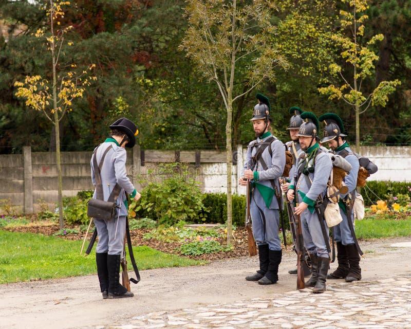 Representante checo de Olomouc 7 de outubro de 2017 festival histórico Olmutz 1813 Suporte de Napoleão dos soldados na atenção e  fotos de stock royalty free
