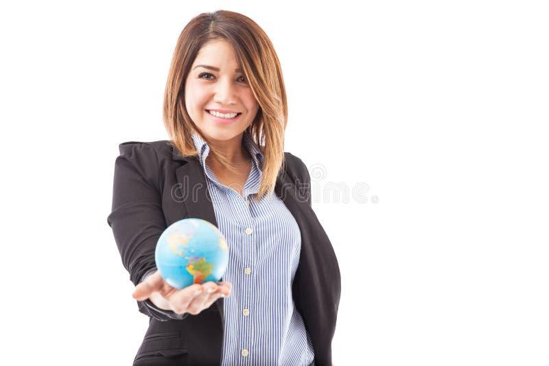 Representante da agência de viagens com um globo foto de stock