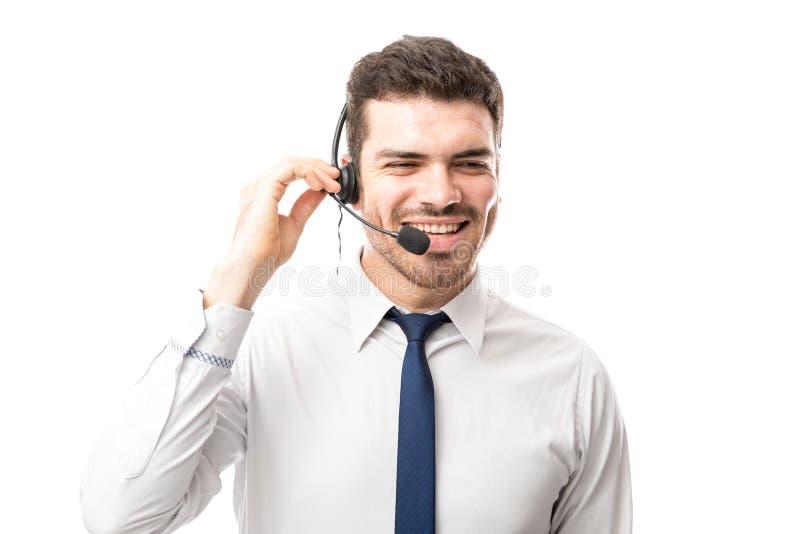 Representante das vendas que sorri sobre um telefonema fotografia de stock