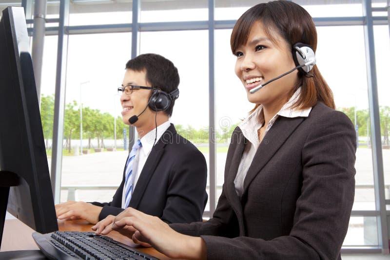 Representante do serviço de atenção a o cliente no escritório moderno imagem de stock royalty free