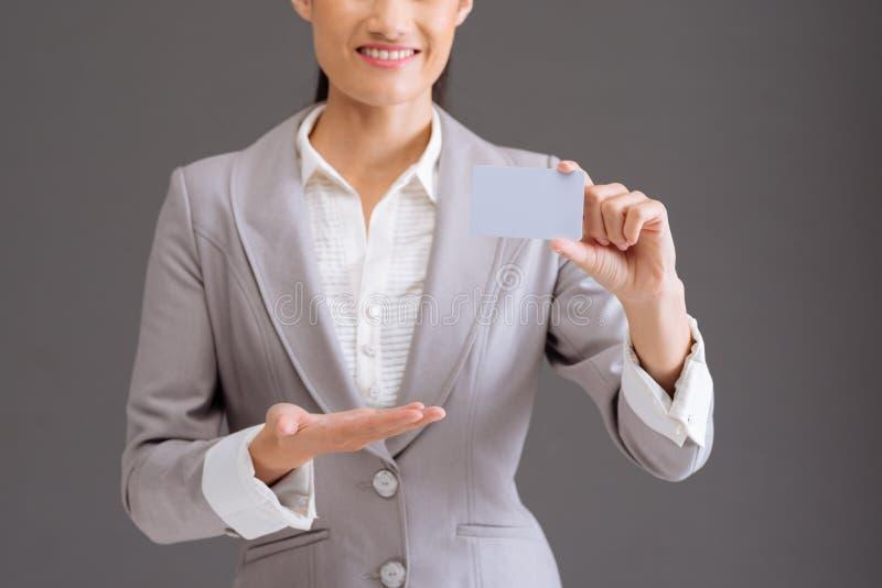 Representante fêmea da empresa com cartão fotografia de stock