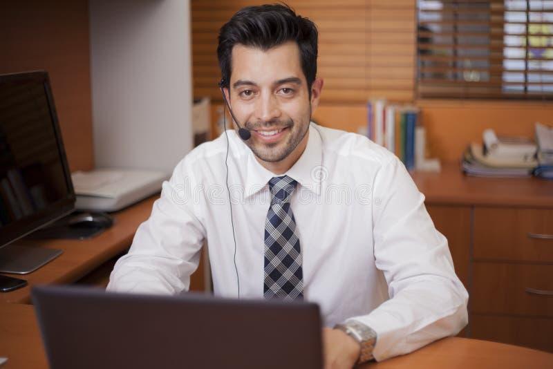 Representante latino das vendas que fala a um cliente fotografia de stock royalty free
