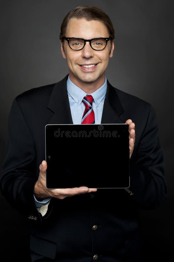 Representante masculino que comparte la tablilla nuevamente lanzada foto de archivo libre de regalías