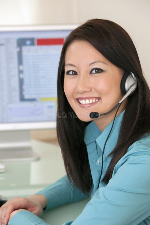 Representante sonriente del servicio de atención al cliente imagenes de archivo