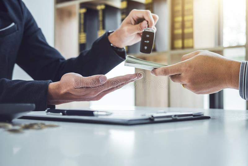 Representanten överför tangent till kunden efter åtskilligt överenskommelse och rece arkivfoto