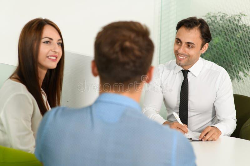 Representanten har konversation med klienter arkivbilder