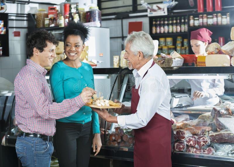 RepresentantOffering Samples To kunder i ost shoppar arkivfoto