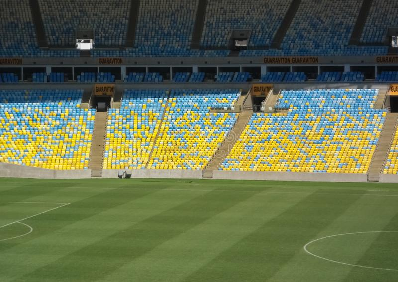 Representativ åskådarläktare av den Maracana stadion: blått och gult royaltyfri foto