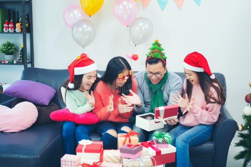 Represente mostrar al grupo de amigos que celebran la Navidad en casa imágenes de archivo libres de regalías