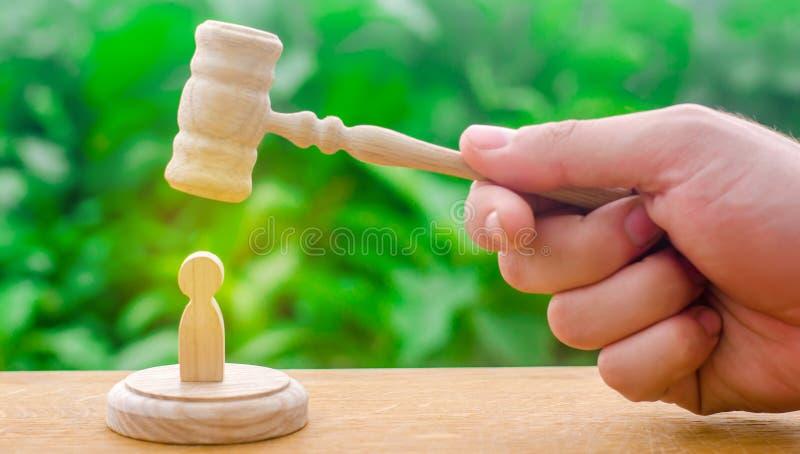 Repressão da máquina e supressão dos protestos O martelo do ` s do juiz pairou sobre a figura humana Conceito de justiça e do lit imagem de stock