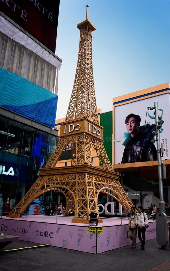 Reproducción de la torre Eiffel, en el centro de la ciudad Shenzhen imágenes de archivo libres de regalías